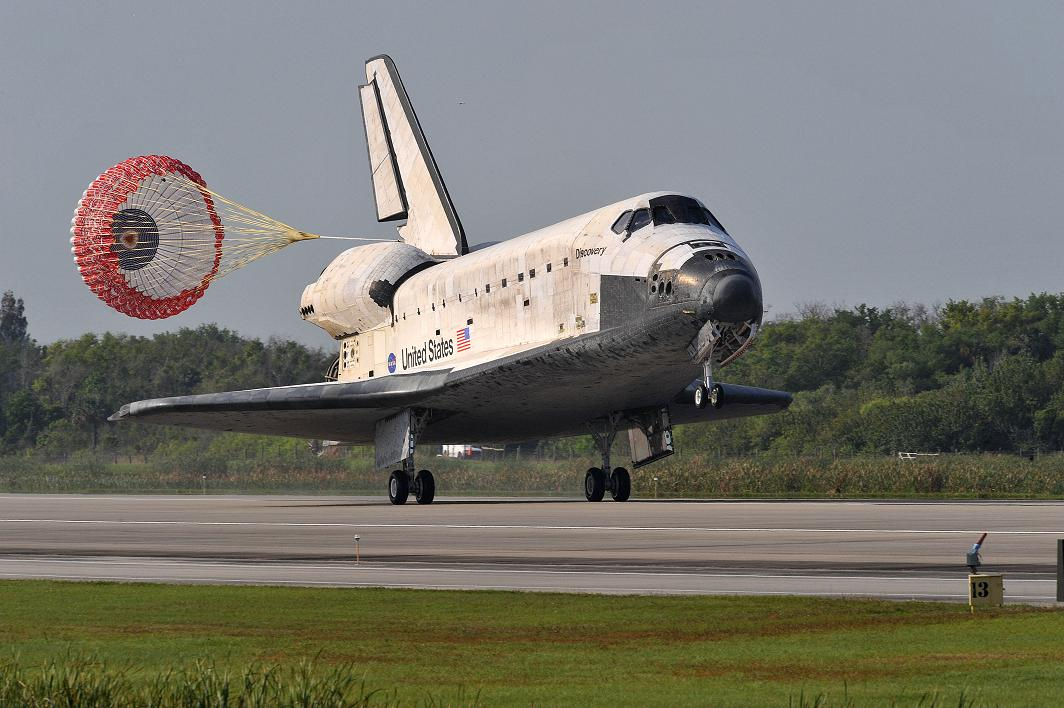 SHUTTLE DISCOVERY RETURNS HOME